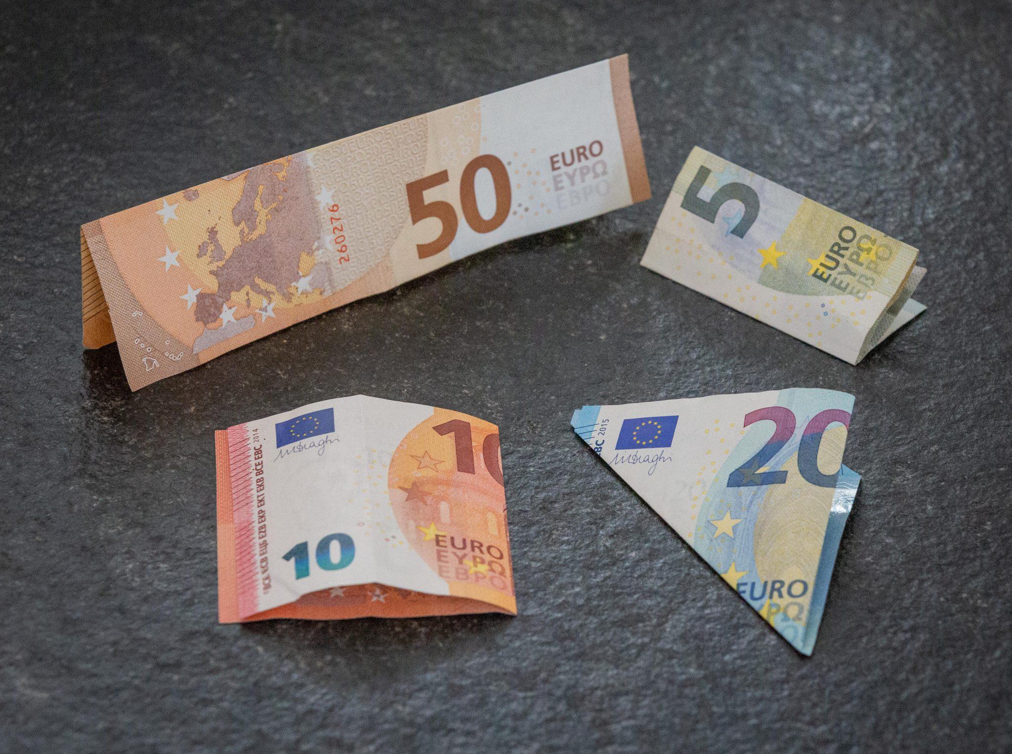 Geldscheine in verschiedene Formen gefaltet