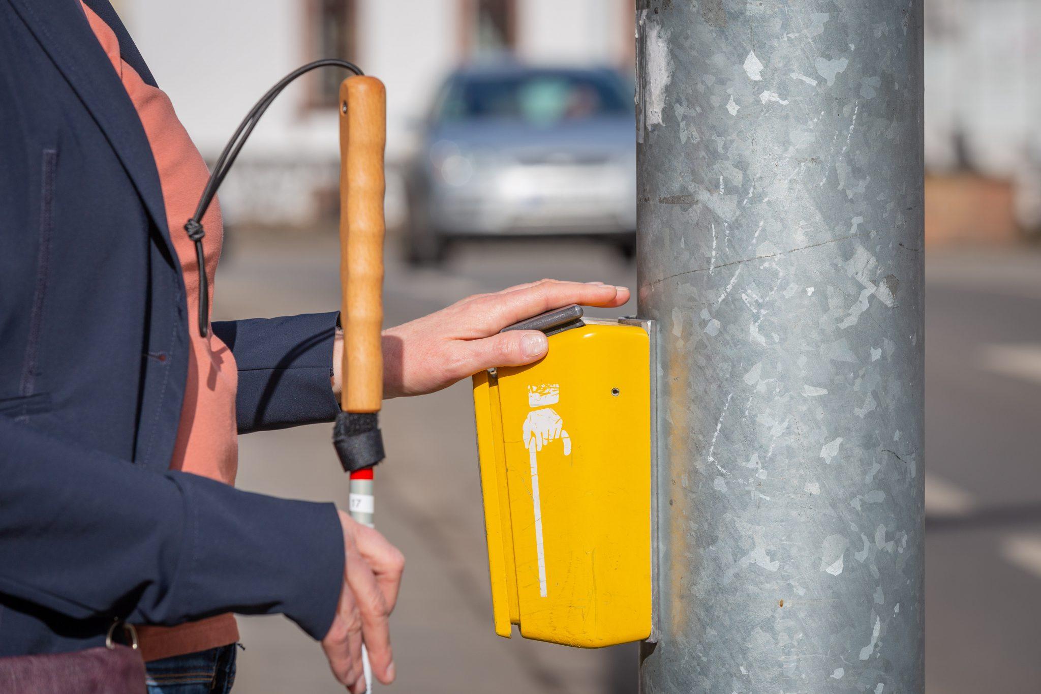 Hand auf Vibrationsplatte an Fußgängerampel